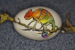 Inkubieren angemaltes Ei mit chameleon